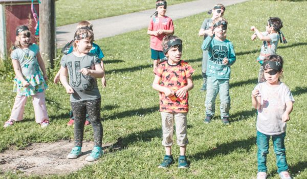 Kinder mit Augenklappe
